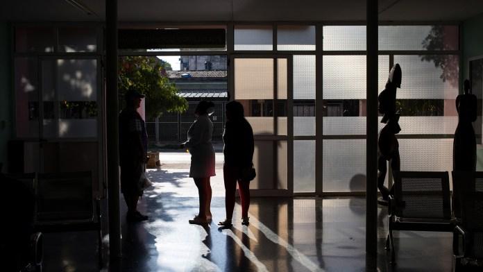 Enfermeras conversan en un centro médico de La Habana (The New York Times)