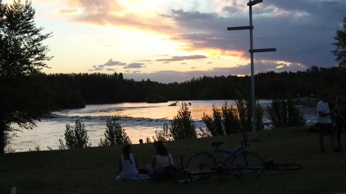 La nueva costanera del río Limay, en la capital neuquina, es un punto indiscutido de encuentro en la capital., sobre todo de chicos y jóvenes que en tres años perdieron por medidas gremiales perdieron un año completo del ciclo lectivo