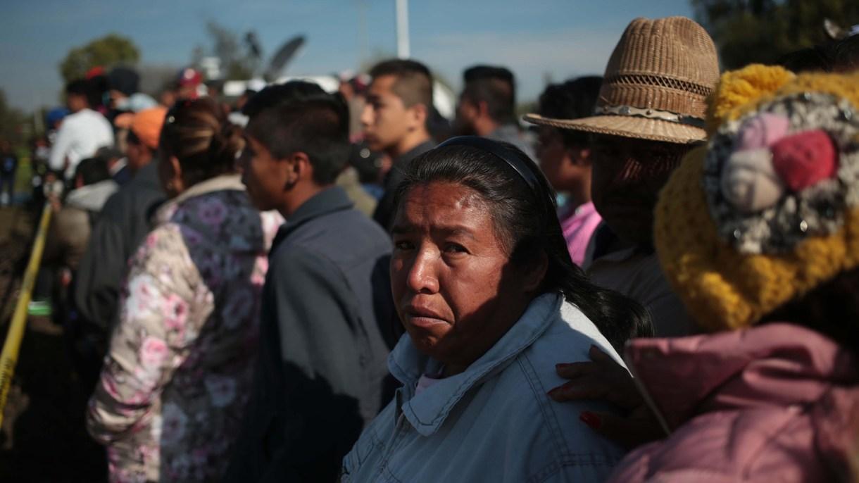 Familiares esperan noticias de las víctimas de la explosión. (Foto: EFE)