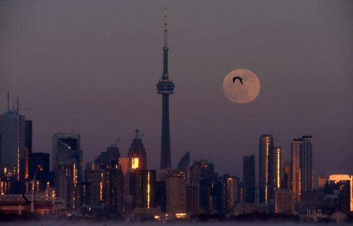 La luna en Toronto, Ontario, (Dan Hamilton-USA TODAY Sports)