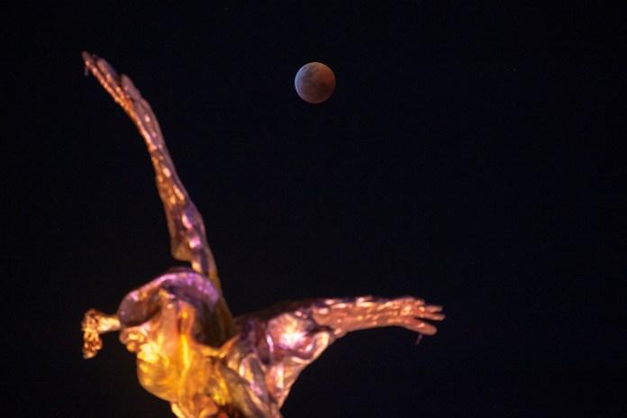 La luna de sangre sobre el Ángel de la Independencia en Ciudad de México (ALFREDO ESTRELLA / AFP)