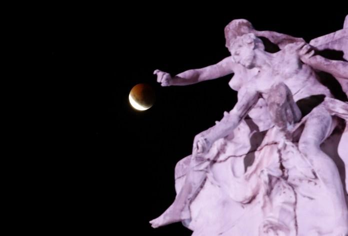 """El eclipse deluna detrás del """"Monumento a la Carta Magna y Las Cuatro Regiones Argentinas"""" en Buenos Aires, Argentina (AP/Natacha Pisarenko)"""
