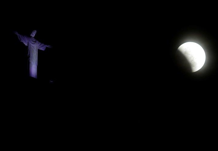 La luna cerca del Cristo Redentor de Río de Janeiro(REUTERS/Ricardo Moraes)