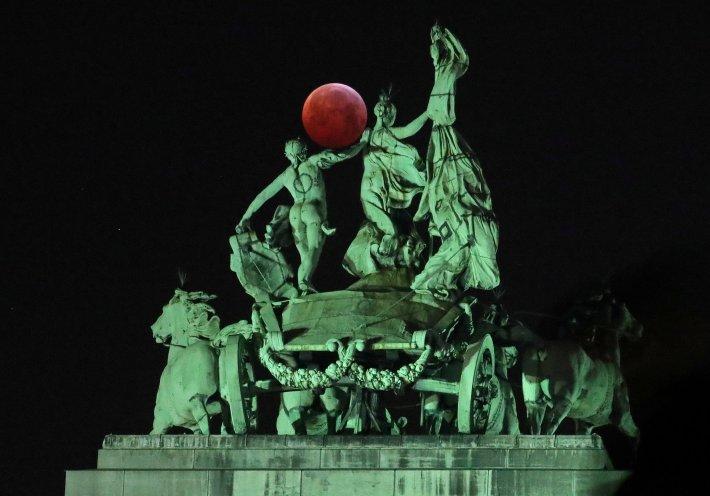 El eclipse en el Parque del Cincuentenario en Bruselas, Bélgica (REUTERS/Yves Herman)