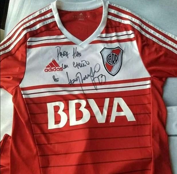La camiseta firmada por Ponzio