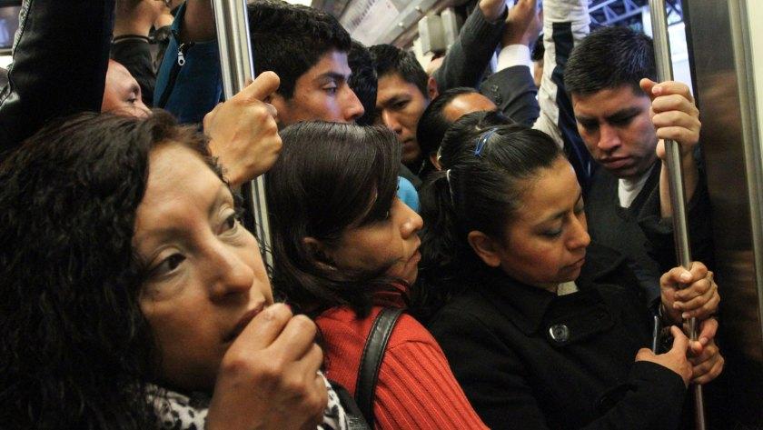 Las mujeres en el metro de Ciudad de México se enfrentan a acoso, robos e intentos de secuestro (Foto: María José Martínez /Cuartoscuro.com)