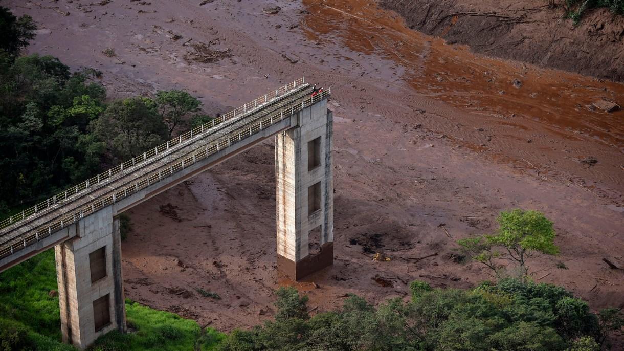 La represa colapsó el pasado viernes y liberó un torrente de fango y residuos de la minera Vale en Brumadinho, Brasil (Douglas Magno / AFP)