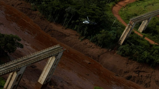 Un helicóptero sobrevuela la zona de la tragedua (REUTERS/Washington Alves)