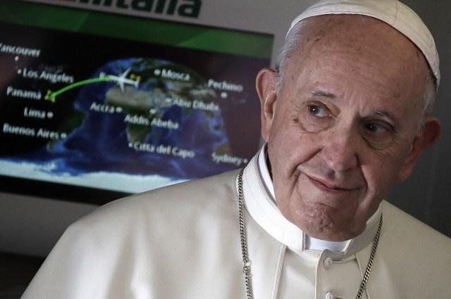El Papa Francisco llega a hablar con periodistas durante su vuelo de Roma a la ciudad de Panamá, el miércoles 23 de enero de 2019.