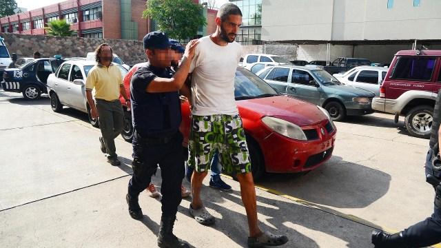 Pereg, en un traslado, poco después de su detención (Télam)