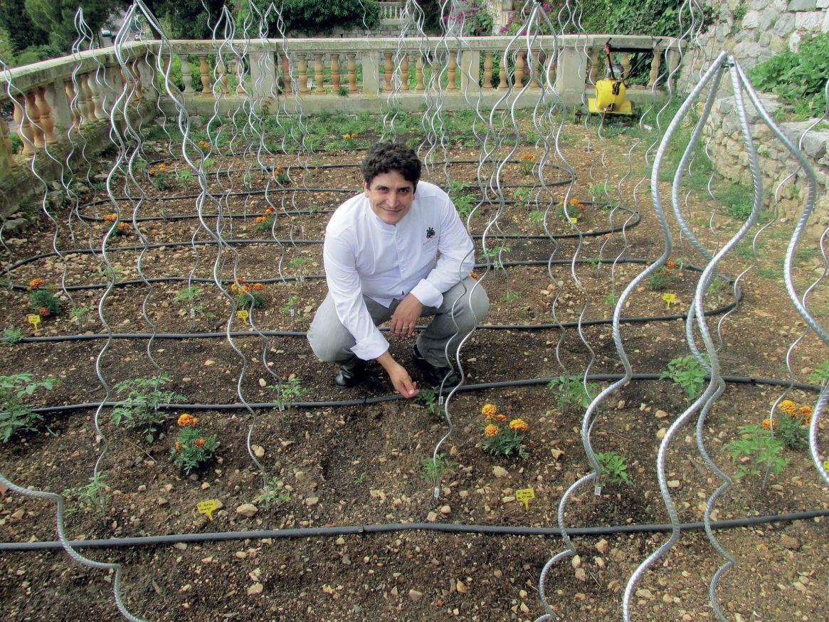 Colagreco cultiva muchos de los productos de Mirazur en una quinta ubicada en la ladera de la montaña vecina a su restaurante.
