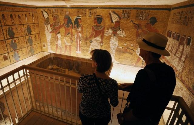 Para mejorar la conservación del enterramiento, el instituto Getty va a proponer al Gobierno egipcio que limite las visitas de turistas, a un máximo de 25 personas al mismo tiempo, una cifra muy inferior a la que actualmente se ve expuesto el diminuto recinto