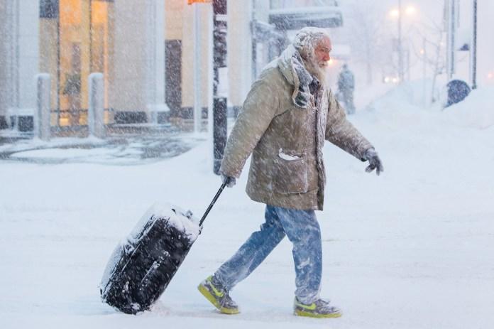 Un hombre camina con una maleta por el centro de Buffalo, Nueva York.