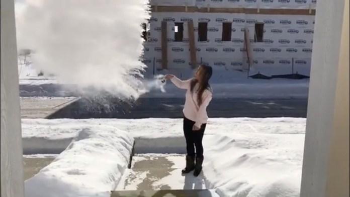 En una calle de Chicago, Una mujer arroja agua hirviendo al aire, que de inmediato de congela