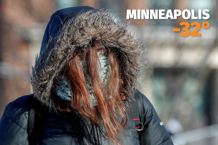 Una estudiante trata de llegar a su clase en la Universidad de Minnesota en Minneapolis, donde la sensación térmica descendió hasta los -32°C.
