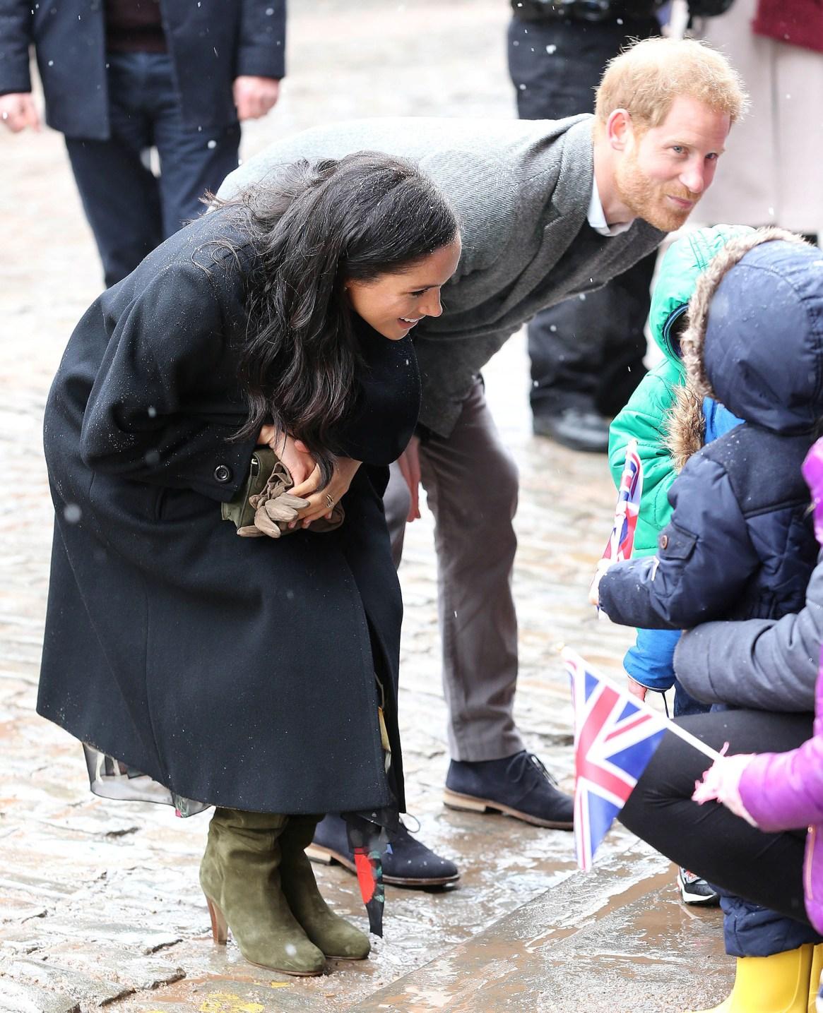 En medio de la dulce espera, la pareja habló y rió con los niños que se acercaron a saludarlos