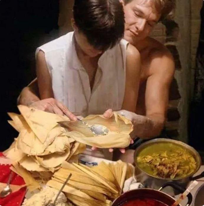 """La famosa escena de la película """"Ghost"""" con Patrick Swayze y Demi Moore es recreada con tamales (Foto: Redes Sociales)"""