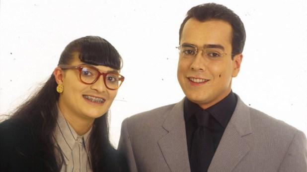 """Betty (Ana María Orozco) y su jefe, don Armando (Jorge Enrique Abello), en """"Yo soy Betty, la fea"""" (RCN Televisión)"""
