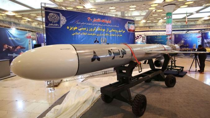 """El Ministerio de Defensa de la República Islámica de Irán presentó un nuevo misil de crucero de largo alcance llamado """"Hoveize"""", fabricado localmente y probado con """"éxito"""" (EFE)"""