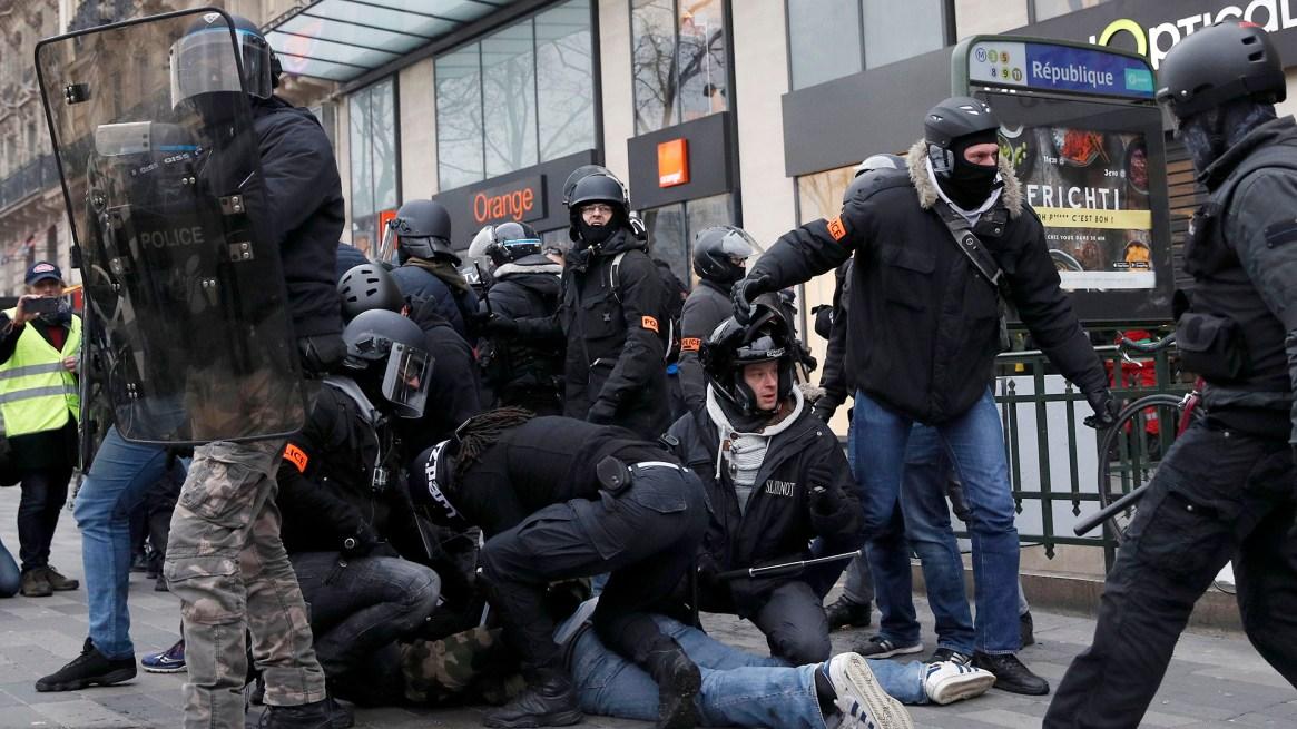 La policía se enfrentó con algunos manifestantes (EFE/EPA/YOAN VALAT)