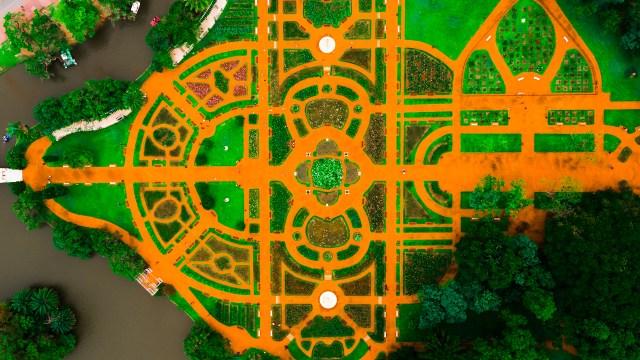 El Rosedal es un parque ubicado en los bosques de Palermo. Recibe este nombre dado a la gran variedad de rosas que se encuentran allí.