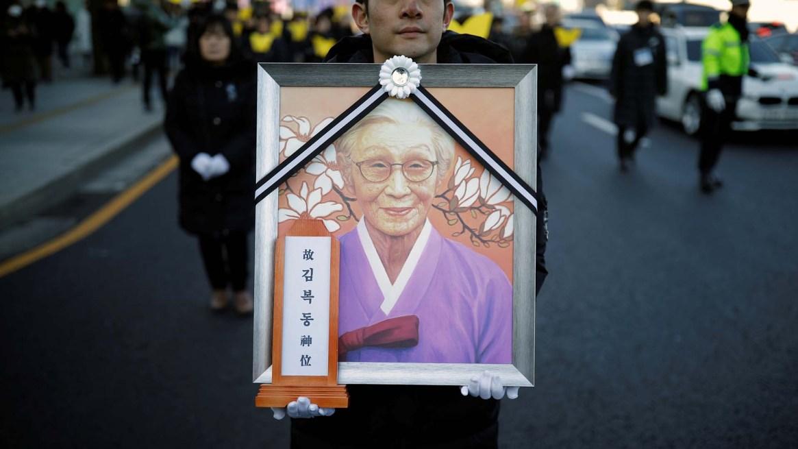"""Cientos de personas marcharon para recordar a la luchadora de las """"mujeres de consuelo"""" (REUTERS/Kim Hong-Ji)"""