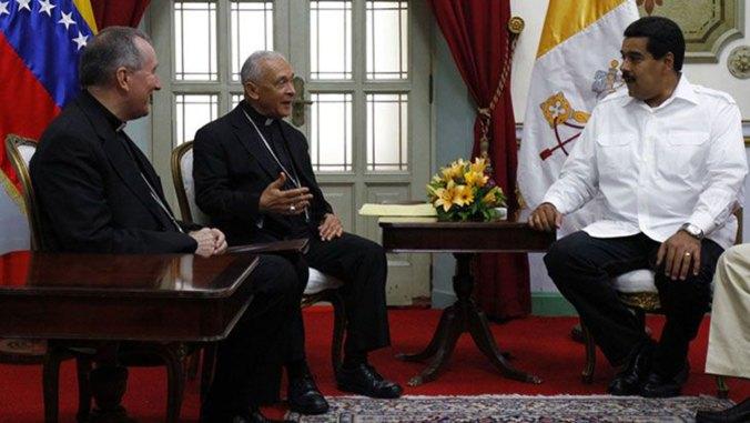 Pietro Parolin (medio) fue el representante del Vaticano en el diálogo en Venezuela (Reuters)