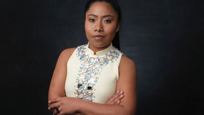 Así posó Yalitza Aparicio durante el almuerzo para los nominados al Oscar en Beverly Hills (Foto: Chris Pizzello/Invision/AP)