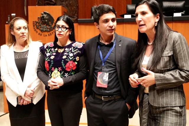 El activista acompañado por senadoras del PRI y del PAN (Foto: Especial)