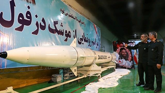 El nuevo misil balístico denominado Dezful (AFP)