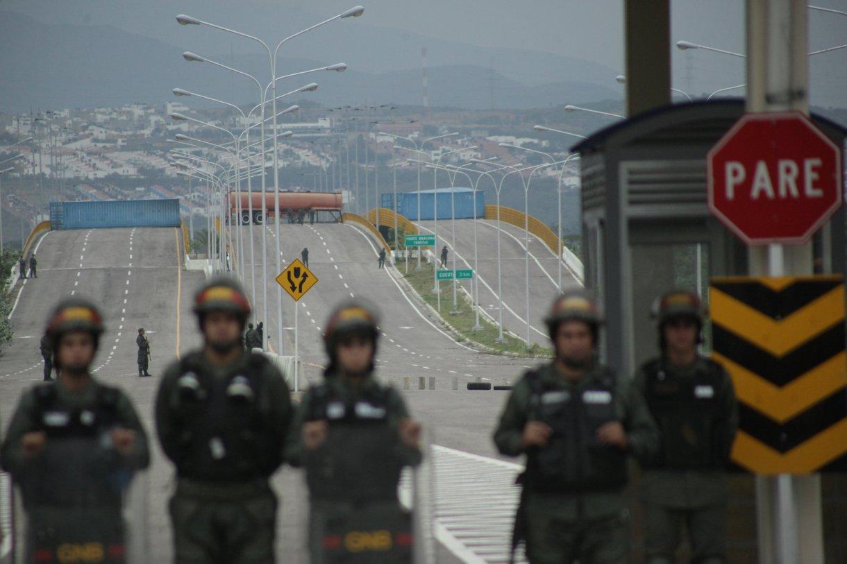 Miembros de la guardia venezolana bloquean una carretera que conecta con Colombia con el fin de impedir la ayuda humanitaria. (REUTERS/Carlos Eduardo Ramirez)