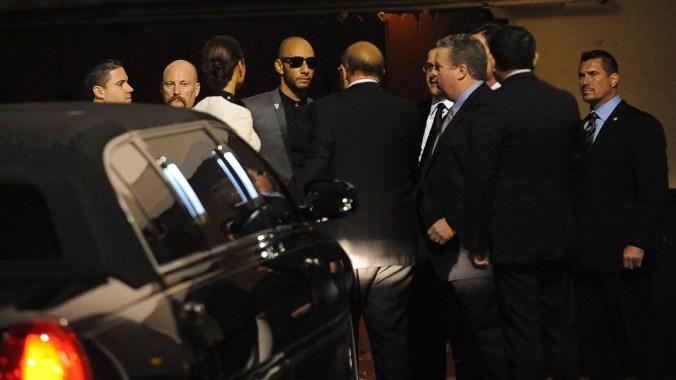 Invitados a la gala de los Grammy en la puerta trasera del Beverly Hilton Hotel, donde la cantante fue encontrada muerta (AFP PHOTO ROBYN BECK)
