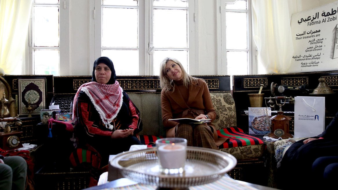 Máxima durante su encuentro con Fatima Al Zobi, en su casa ubicada en Salt, 30 kilómetros al norte de la capital jordana, Amán