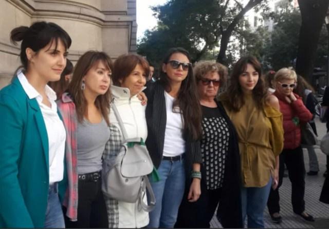 Julieta Díaz, Alejandra Fletchner y Thelma Fardin, entre otras, apoyaron a la actriz y cantante en la audiencia con Darthés, quien se ausentó esgrimiendo un grave estado.