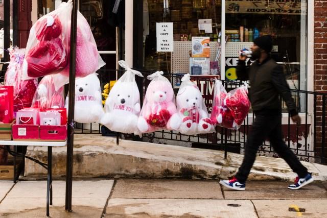 Un peatón pasa junto a animales de peluche a la venta por el Día de San Valentín, en Filadelfia, el miércoles 13 de febrero de 2019. (AP Foto/Matt Rourke)