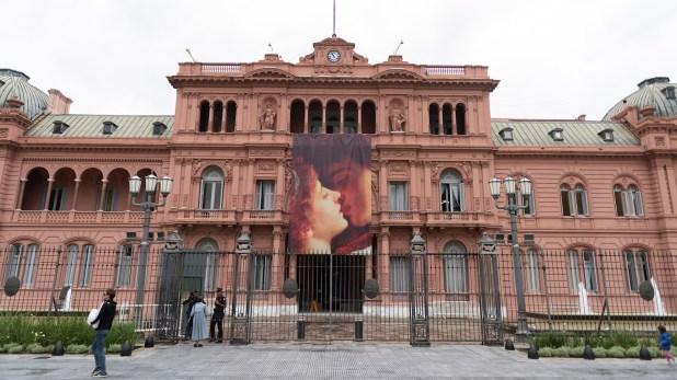 Este país está tan al pedo, que una foto de Romeo y Julieta en el frente de la Casa Rosada para ilustrar el Día de los enamorados, desató una ola de memes, insultos y debates. Si esa misma energía estuviera puesta en construir algo positivo, seríamos una potencia mundial.