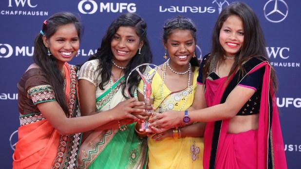 Un equipo femenino de fútbol caritativo deYuwa (India) posan con su Premio Laureus (AFP)