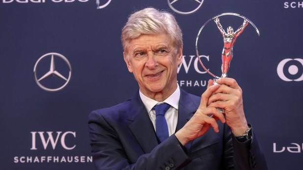 Arsène Wenger recibió una distinción por sus 22 años al frente del Arsenal FC (AFP)