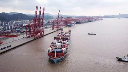 Un container parte del puerto chino de Ningbo (Bloomberg)
