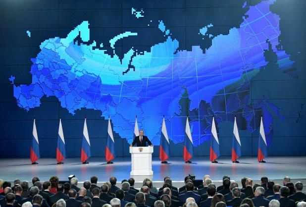 A diferencia de otros años, en los que Putin pronuncia el discurso ante ambas cámaras del Parlamento en el Kremlin, ésta vez lo hizo en el complejo Gostinni Dvor, situado cerca de la Plaza Roja (Reuters)