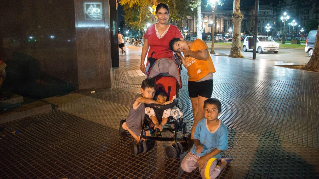Marcela, junto a sus hijos, frente al Congreso de la Nación (Gustavo Gavotti)