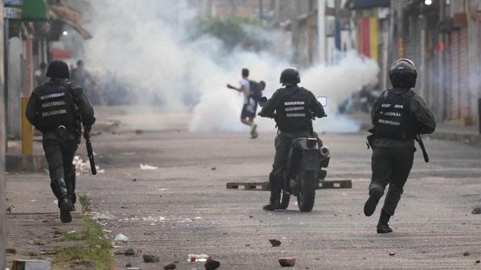 Las fuerzas de seguridad de Nicolás Maduro reprime a los venezolanos que intentan alcanzar la ayuda humanitaria (Reuters)