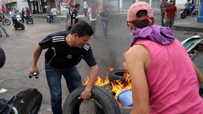 Los manifestantes construyen barricadas mientras chocan con las fuerzas de seguridad de Venezuela en Ureña (Reuters)