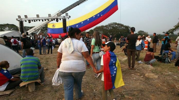 Ciudadanos venezolanos se reúnen cerca del puente internacional Tienditas este sábado, en Cúcuta (EFE)
