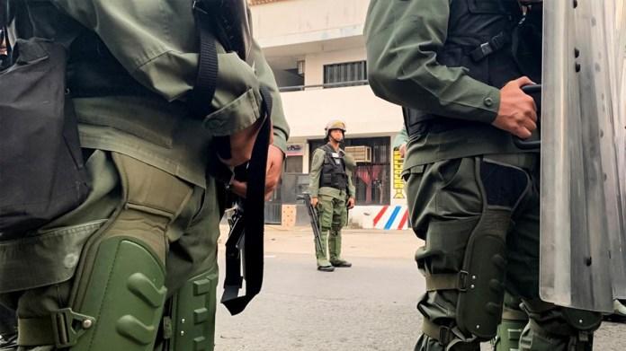 Un grupo de agentes de la Guardia Nacional Bolivariana (GNB) bloquean el paso del Puente Internacional Francisco de Paula Santander sobre el río Táchira, la segunda vía terrestre que comunica a Colombia con Venezuela, este sábado en la localidad de Ureña (EFE)