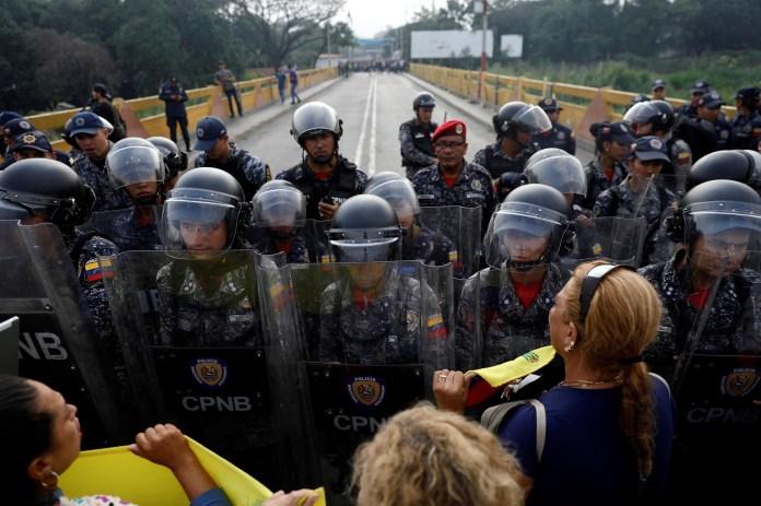 La tensión es absoluta en la frontera entre Venezuela y Colombia (Reuters)