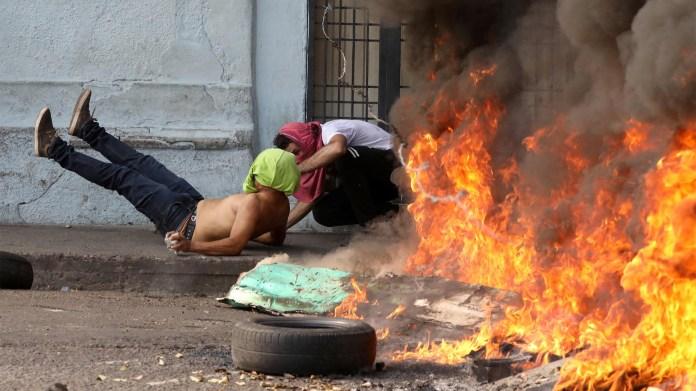 Un manifestante cae herido durante la represión ordenada por el régimen de Nicolás Maduro contra los venezolanos (Reuters)