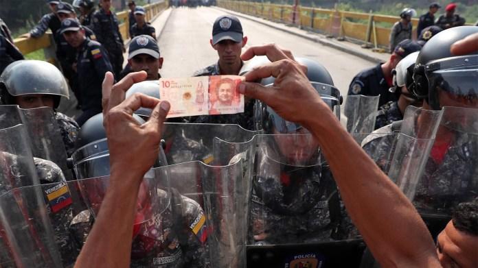 Venezolanos discuten con guardias de las Fuerzas de Venezuela sobre el Puente Simón Bolívar este sábado, en Cúcuta (EFE)