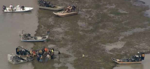 Las autoridades buscan en el lugar donde cayó el avión (Fotos: Click2Houston)