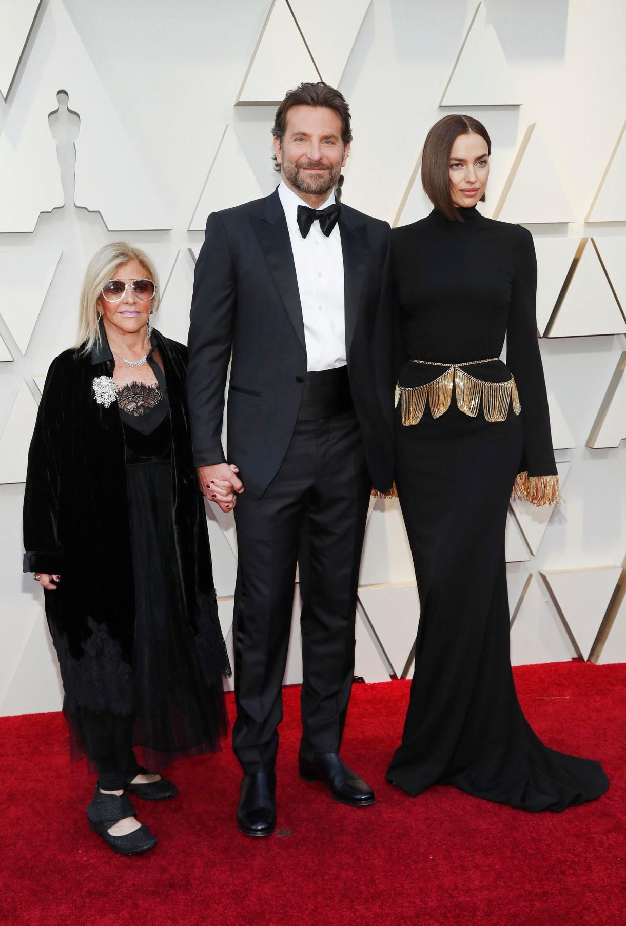 Bradley Cooper con su esposa Irina Shayky su madre Gloria Campano. REUTERS/Mario Anzuoni